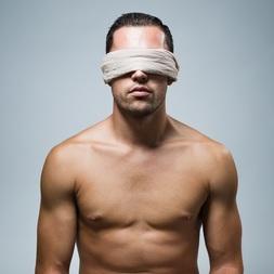 Jeu coquin : sans les yeux