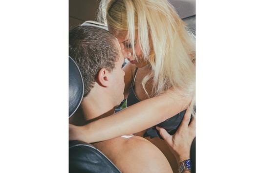 couple chaud dans une voiture