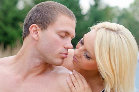 couple suédois qui s'embrasse