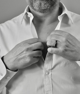 bacokin homme en train de mettre sa chemise