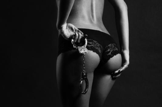 femme en culotte avec des menottes