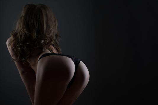 femme avec les fesses en avant