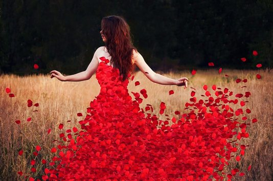 Belle femme avec une robe coquelicot