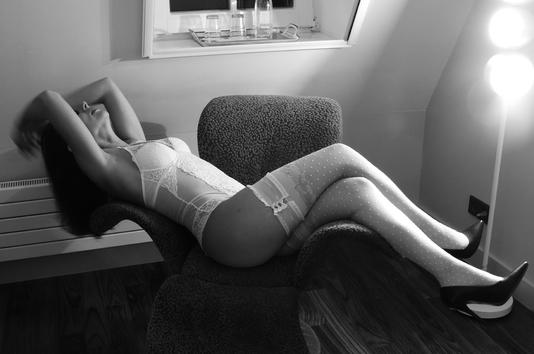 Photo amateur d'un femme avec une guêpière blanche