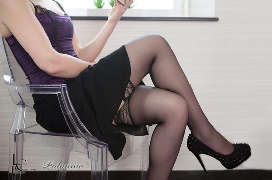 Palaume femme sexy en train de lire - bas dentelle