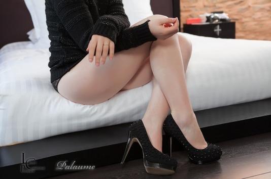 Palaume, femme sexy en pull, culotte et en talon haut