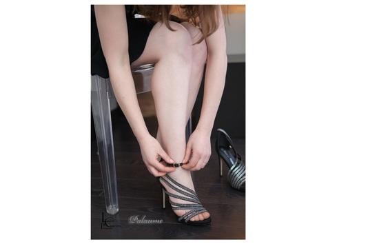 Palaume, femme mettant ses chaussures à talons et strass