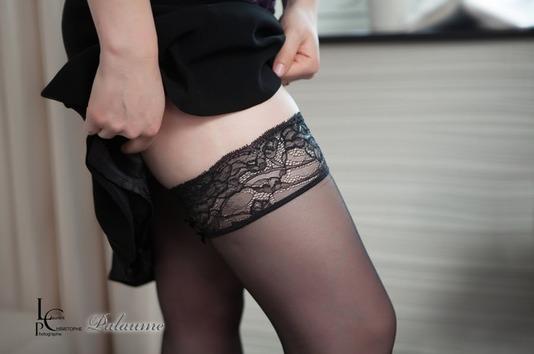 Bas en dentelle noir portés par Palaume, femme sexy