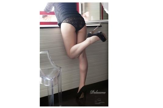 Femme sexy au bord de la fenêtre