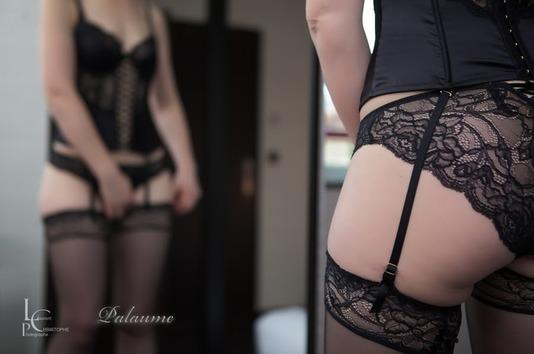 Jeu de miroir coquin. Femme sexy en lingerie fine jouant avec son miroir