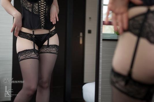 Pin up sexy avec de la lingerie noir et des bas en résille