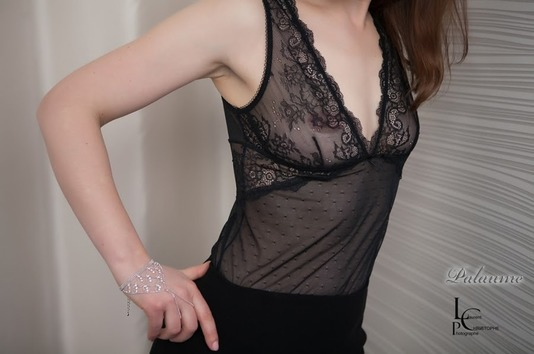 Palaume et sa robe en dentelle noire décolleté