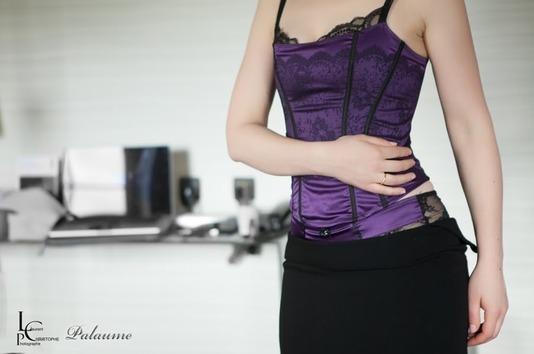 Jeune femme en corset à dentelle violet