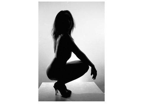 Femme nue avec des talons hauts