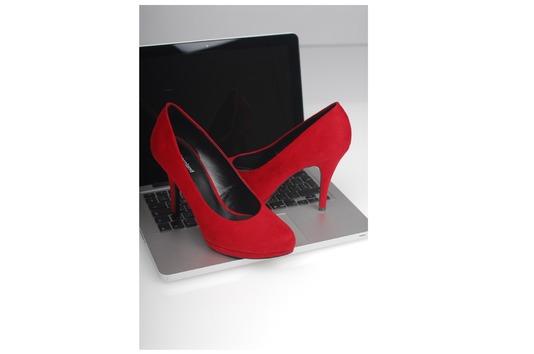 Escarpin rouge sur ordinateur