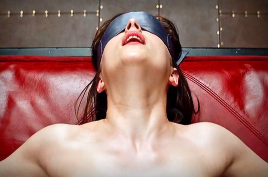 50 nuances de grey anna avec les yeux bandés dans la chambre rouge