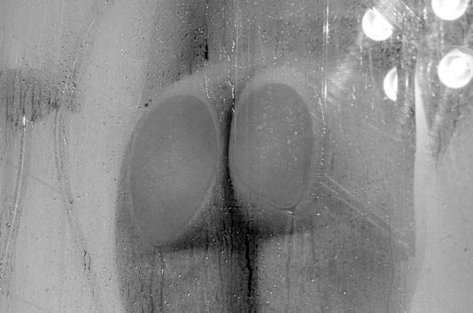 Femme nue sous la douche - fesses