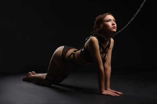 femme en laisse - BDSM