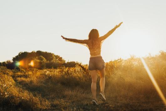 jeune femme hippie dans la nature