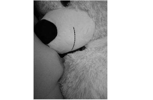 femme nue faisant un calin à un ours