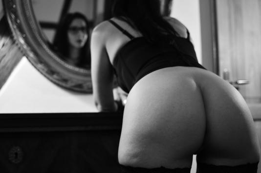 Femme avec fesses nues devant un miroir