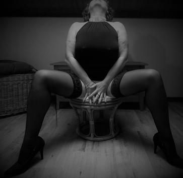 femme sensuelle dans son salon