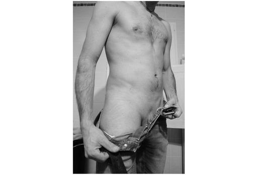 Homme faisant un strip tease