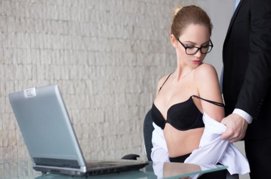 Faire l'amour au bureau - Homme déshabille une secrétaire sexy