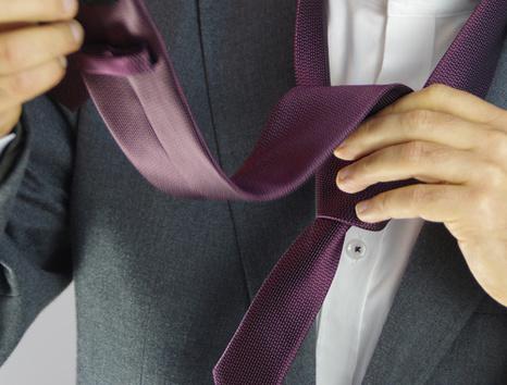 homme mettant une cravate parme