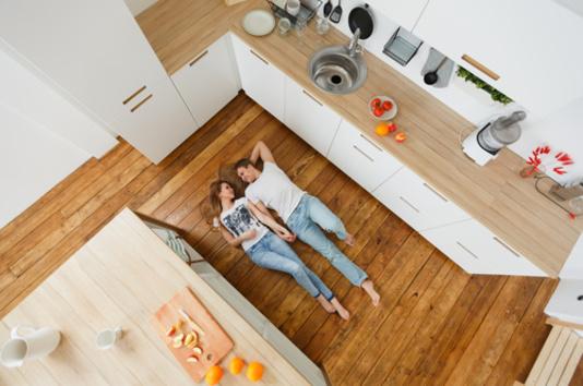 Couple couché dans une cuisine