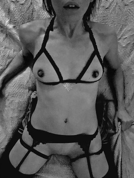 femme nu avec so,n porte jarretelles