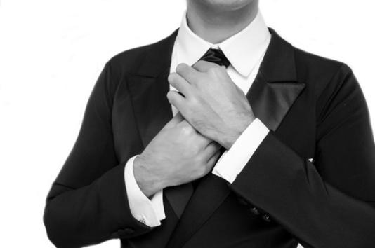 homme en N&B avec une cravate noire