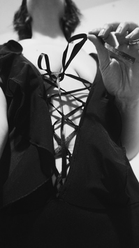 Femme portant une culotte sous une robe sexy