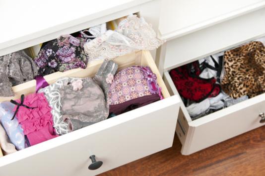 tiroir rempli de petites culottes femmes